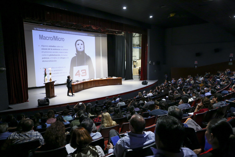 Frente a un publico del cineforo habla la doctora Elena Azaola Garrido