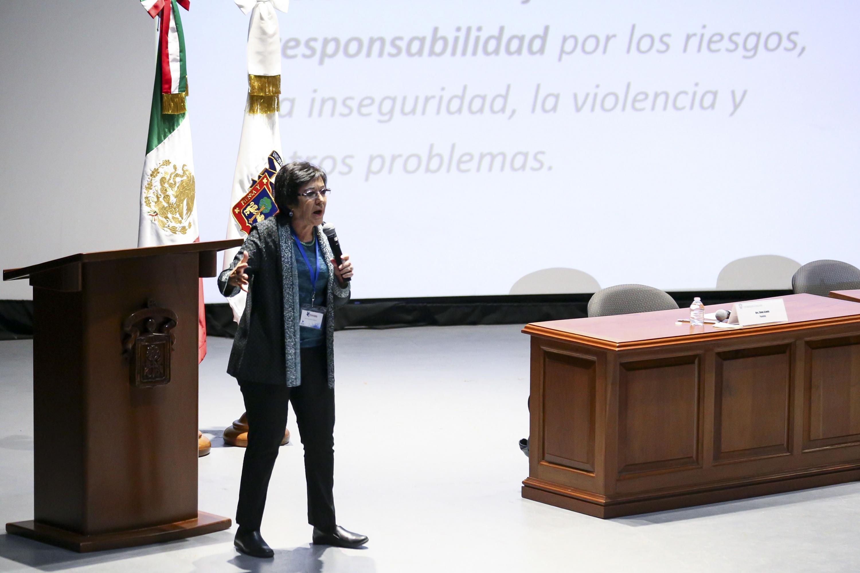 La doctora Elena Azaola Garrido hablando durante su participacion