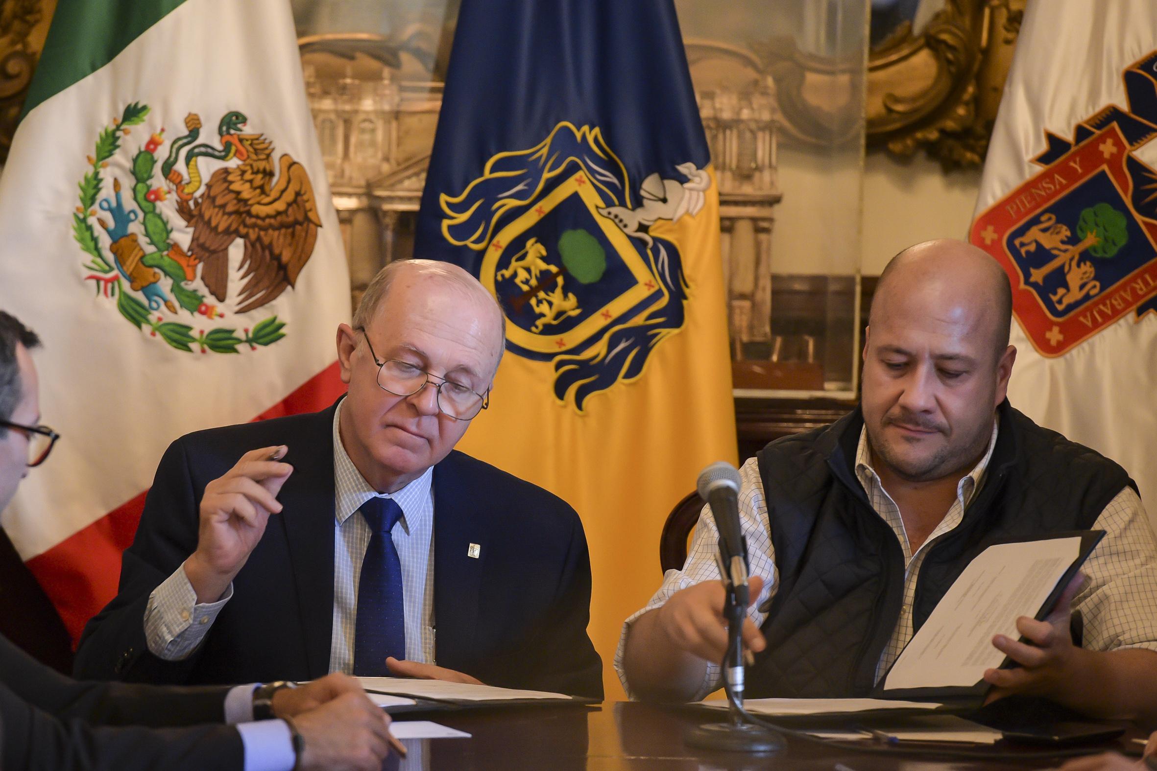 Miguel Angel Navarro Navarro y Enrique Alfaro Ramírez durante la firma del acuerdo