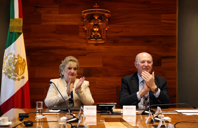 maestra María Elena Barrera Bustillos y el doctor Miguel Ángel Navarro aplaudiendo