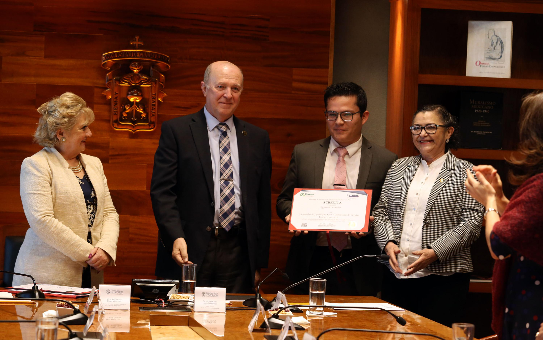 maestra María Elena Barrera Bustillos,  el doctor Miguel Ángel Navarro y la maestra Ruth Padilla muestran el certificado