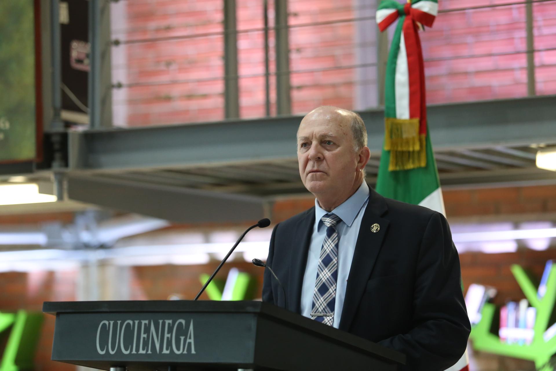 Miguel Ángel Navarro Navarro hablando al micrófono desde el podium del auditorio