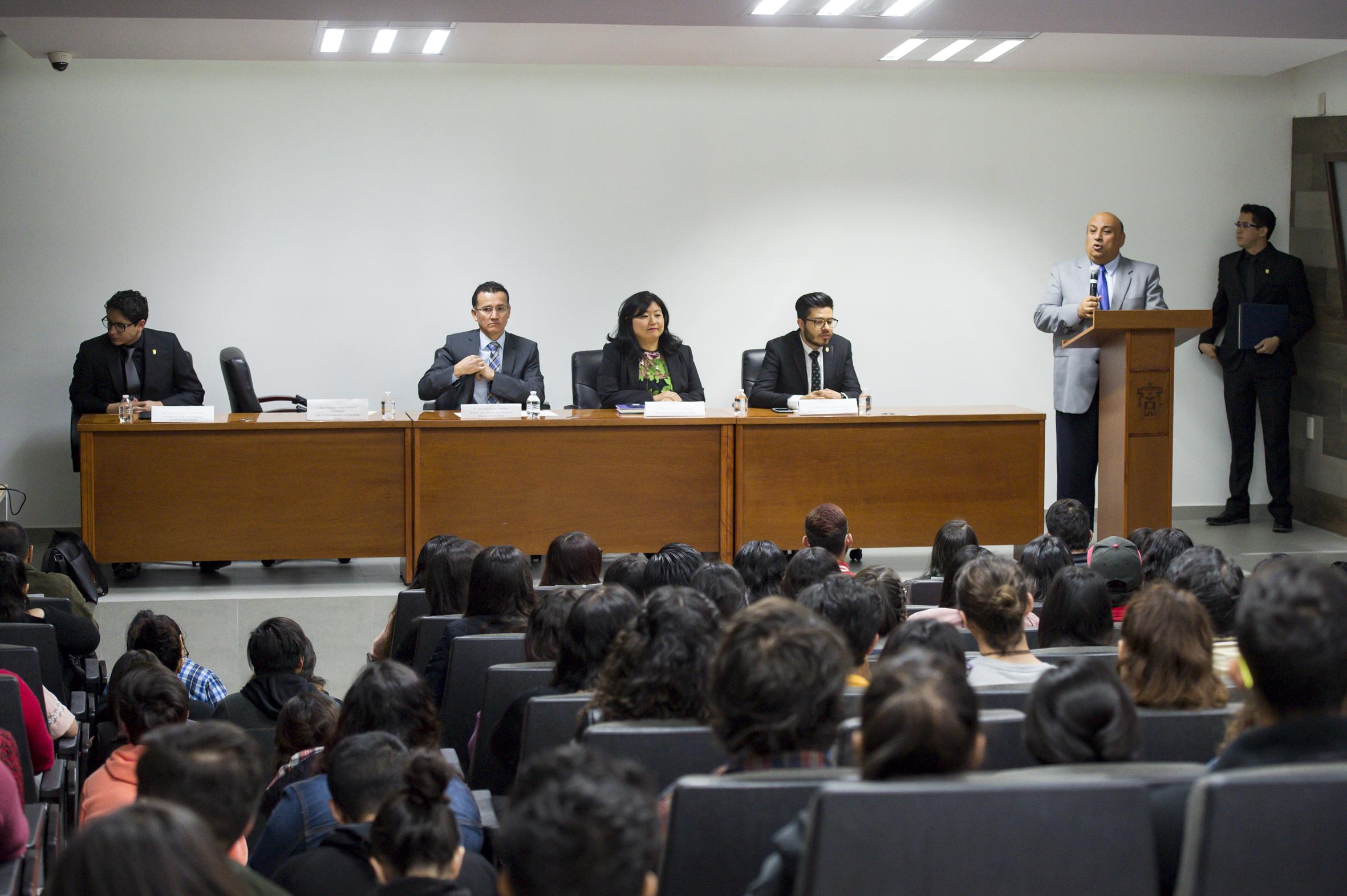 Maestro Francisco José Gutiérrez Rodríguez, Jefe del Departamento de Psicología Básica; en podium del evento, haciendo uso de la palabra, en acto realizado en el auditorio Wenceslao Orozco y Sevilla del CUCS.