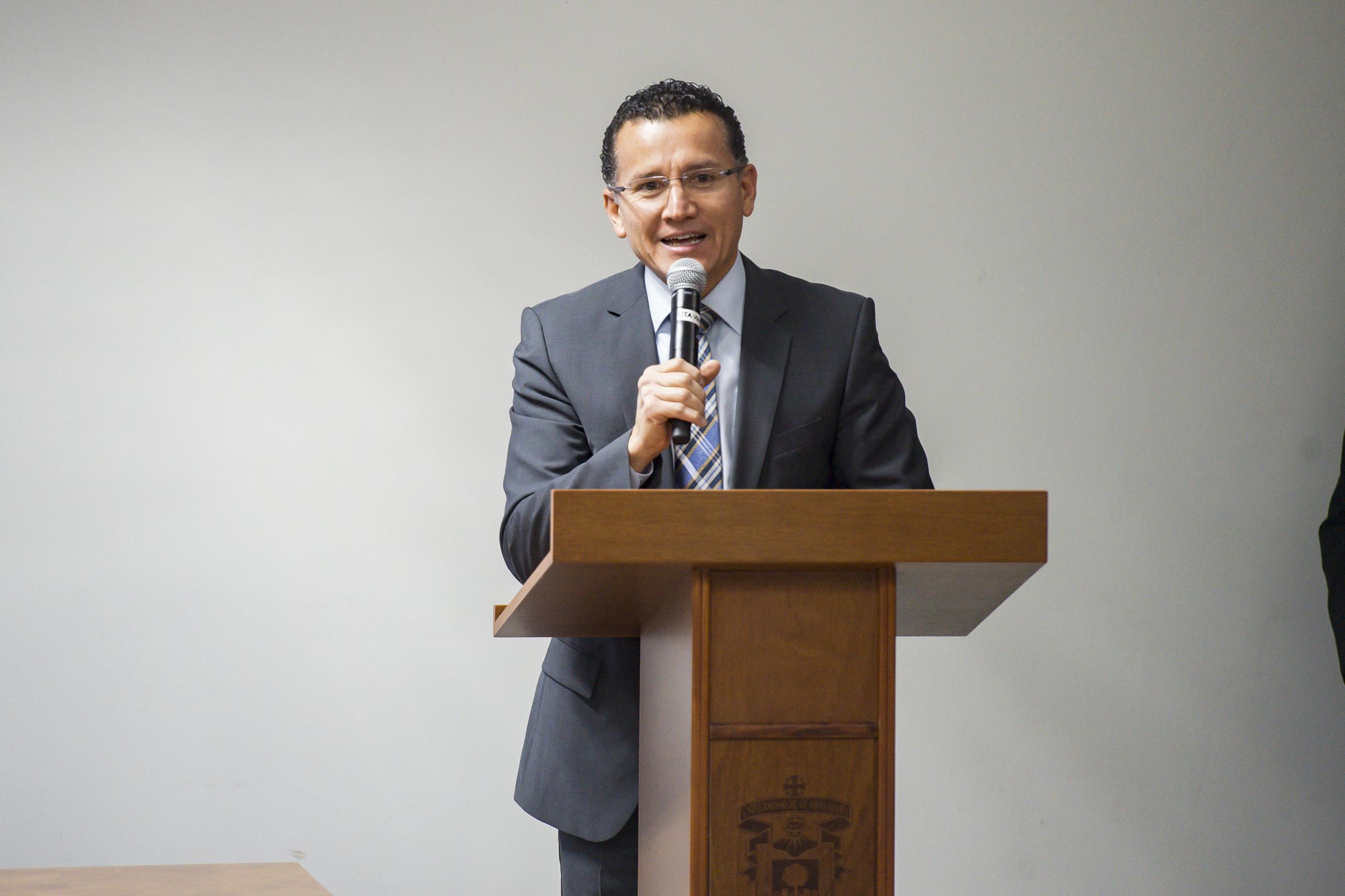 Especialista en el tema, en podium del evento, haciendo uso de la palabra.