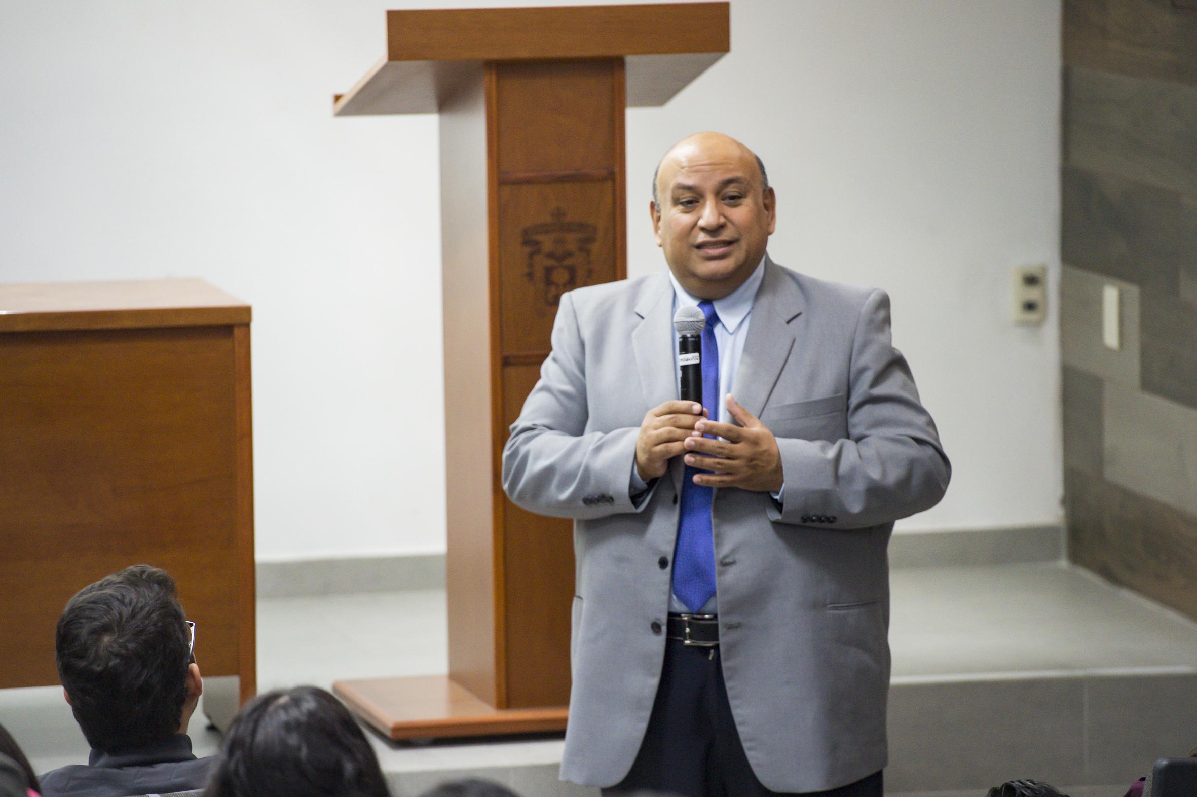 Maestro Francisco José Gutiérrez Rodríguez, Jefe del Departamento de Psicología Básica; con micrófono en mano, dictando charla.