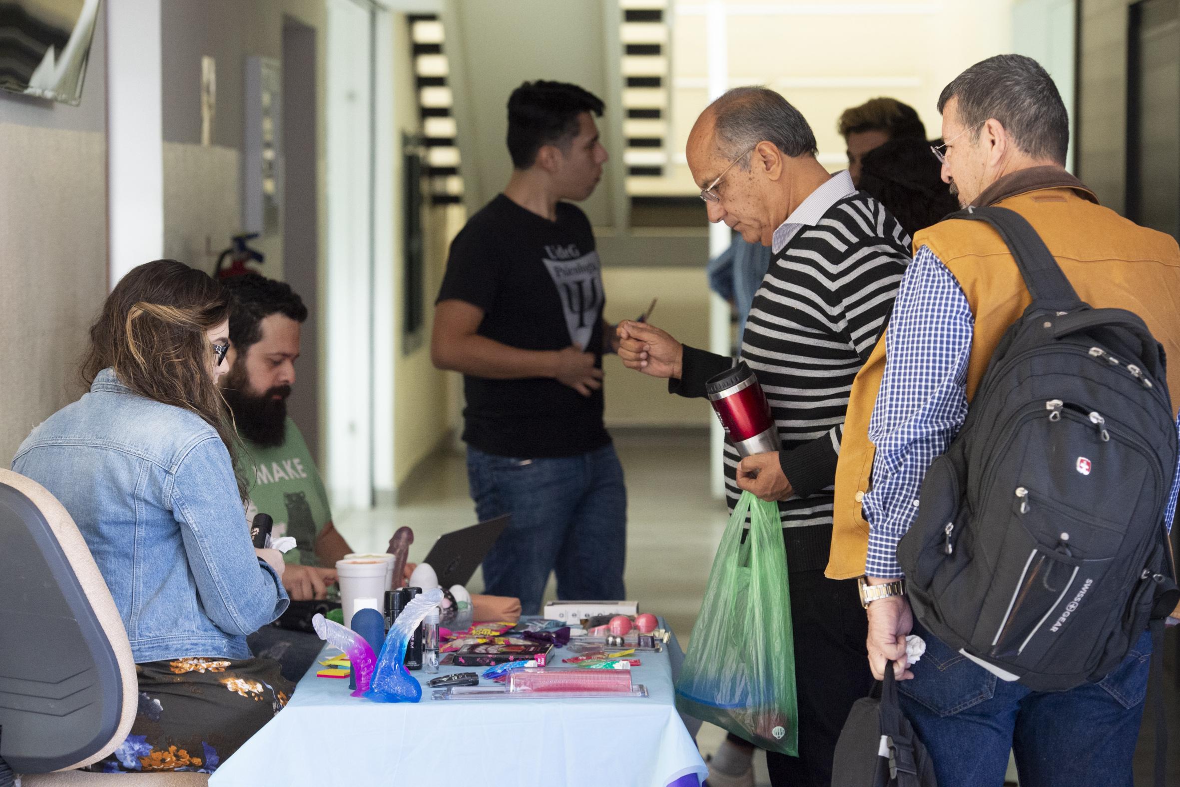 Expositores del área de psicología y sexualidad, mostrando productos y juguetes sexuales, a los trauséntes del centro universitario.