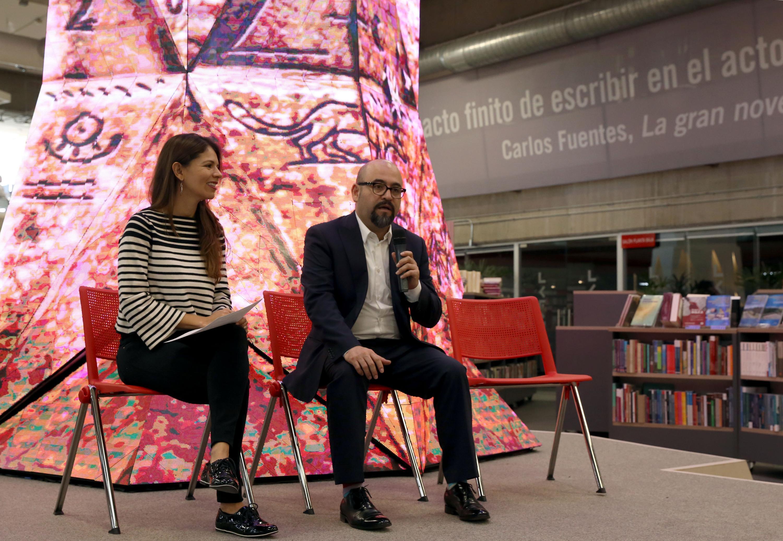 El licenciado Ángel Igor Lozada y Paulina Soto Oliver sentados en el foro que se encuentra en la libreria Carlos Fuentes