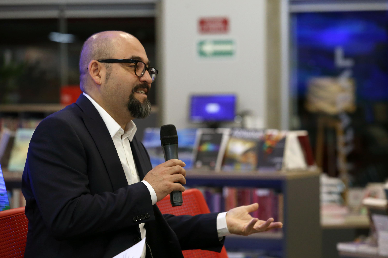 El licenciado Ángel Igor Lozada hablando ante los presentes en la Libreria Carlos Fuentes