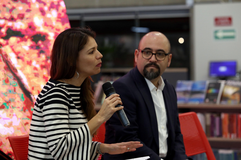 La Subdirectora de Proyectos Especiales de la Coordinación Nacional de Teatro del INBAL habla al microfono