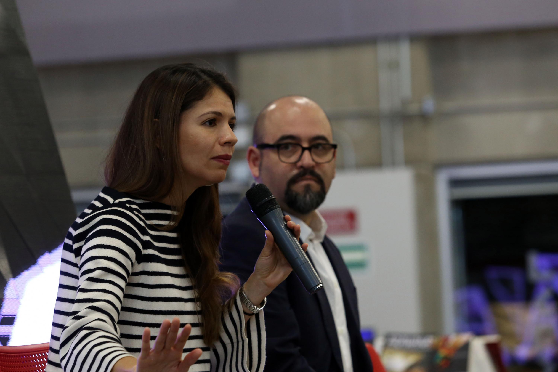 Paulina Soto Oliver hablando al microfono mientras Igor Lozada la escucha