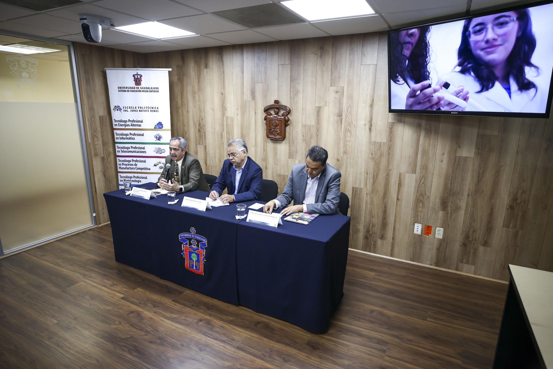 Director de la Politénica Matute Remus, maestro Luis Alberto Robles Villaseñor, hablando frente al micrófono, durante rueda de prensa
