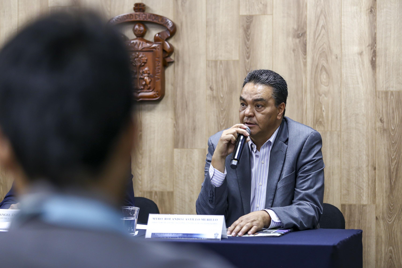 Director de la Escuela Politécnica de Guadalajara, maestro Rolando Castillo Murillo, haciendo uso de la palabra durante rueda de prensa