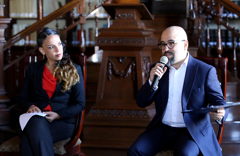 Licenciado Ángel Igor Lozada Rivera Melo, Secretario de Vinculación y Difusión Cultural de la UdeG; con micrófono en mano, haciendo uso de la palabra.