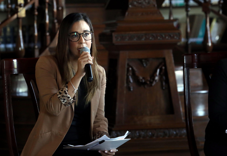 Fernanda Landa, Directora de Relaciones Públicas de la Oficina de Visitantes y Convenciones de Guadalajara con micrófono en mano, haciendo uso de la palabra.