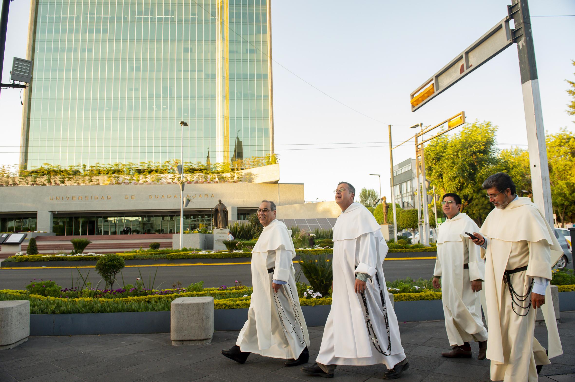 Frailes dominicos transitando por las afueras del MUSA.