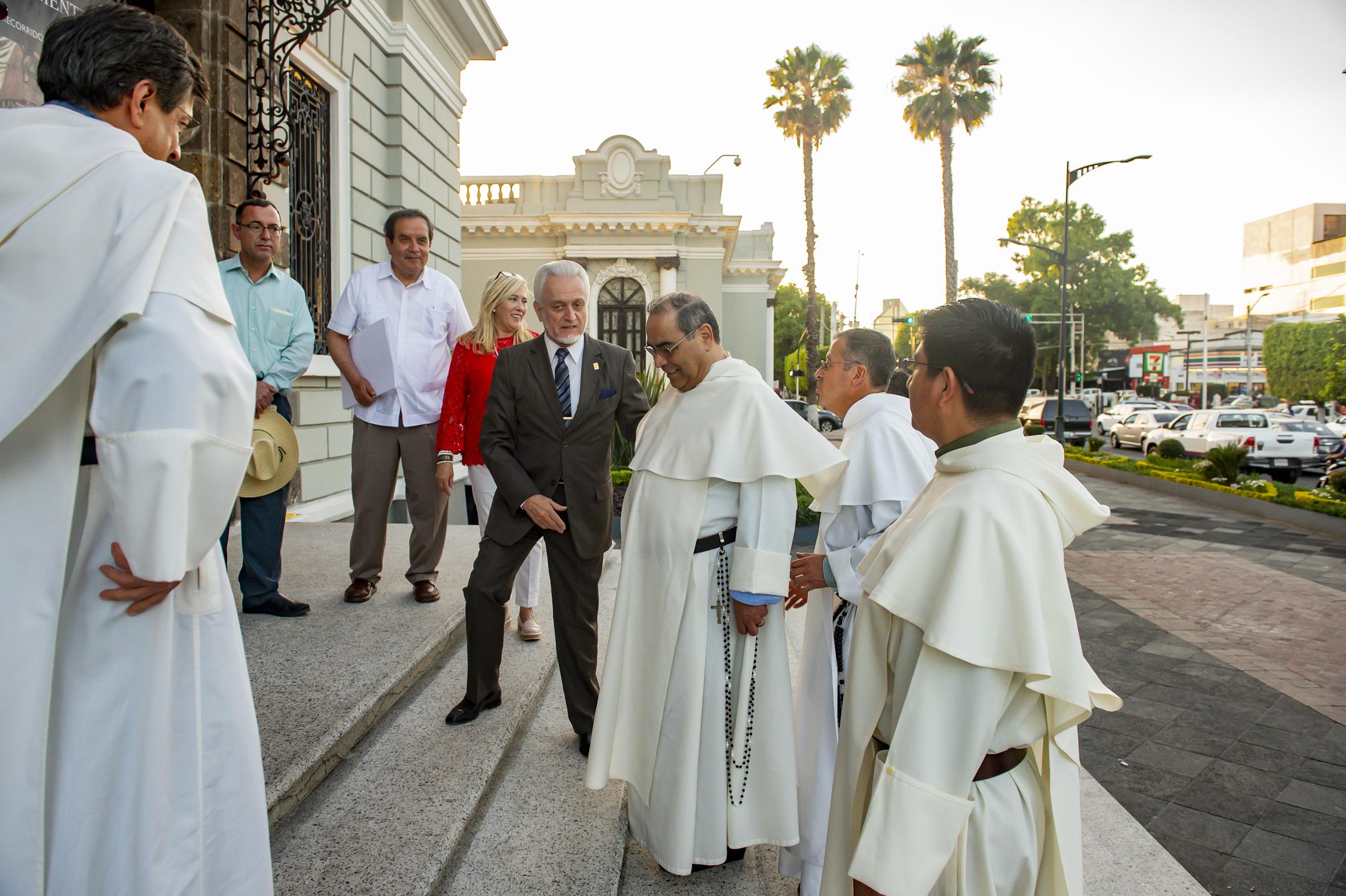Director de la Preparatoria 5, maestro José Manuel Jurado Parres; recibiendo a los frailes dominicos en instalaciones del MUSA.