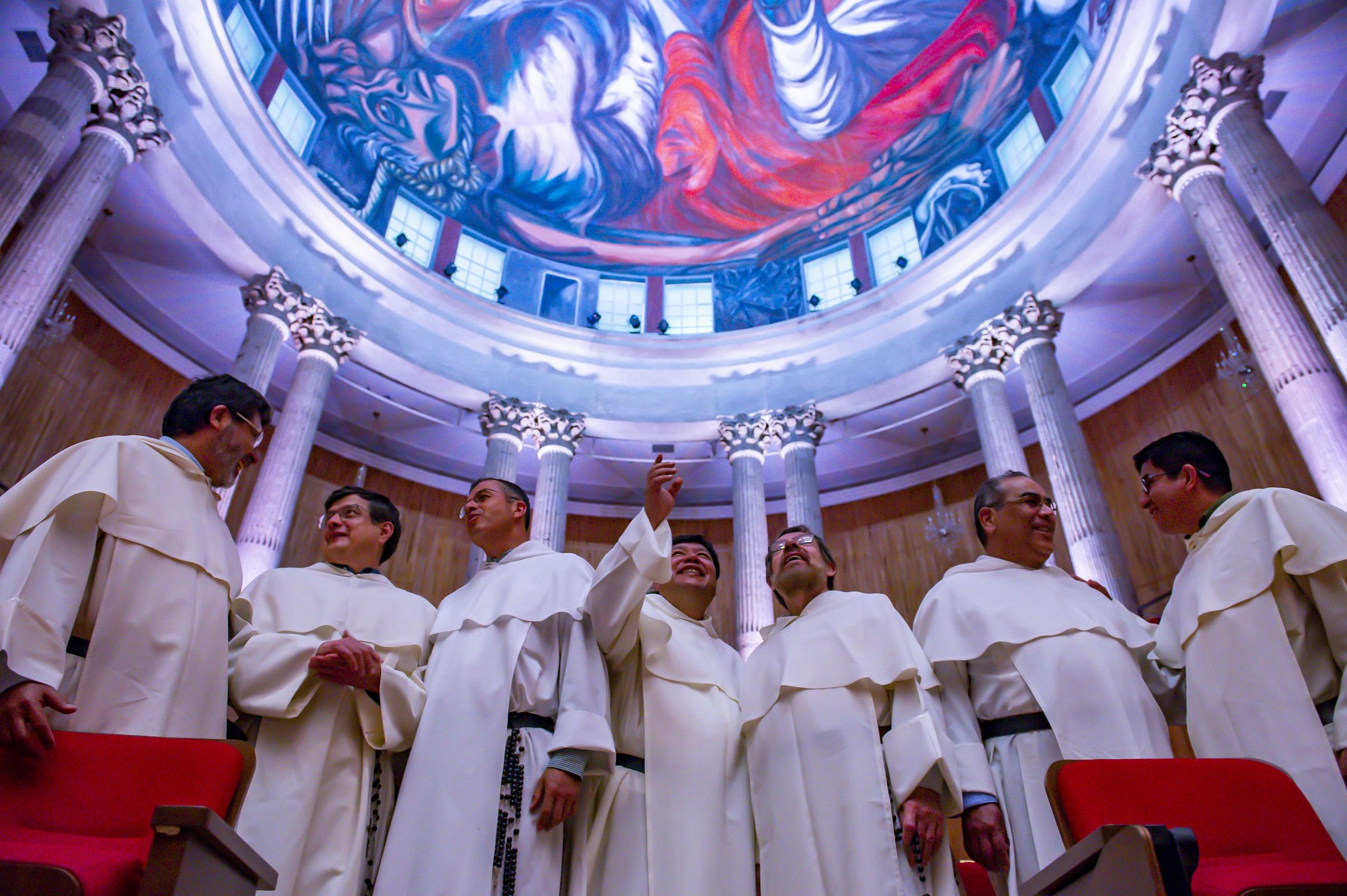 Frailes dominicos, admirando la obra del hombre de fuego de José Clemente Orozco, que se encuentra en el Paraninfo Enrique Díaz de León.