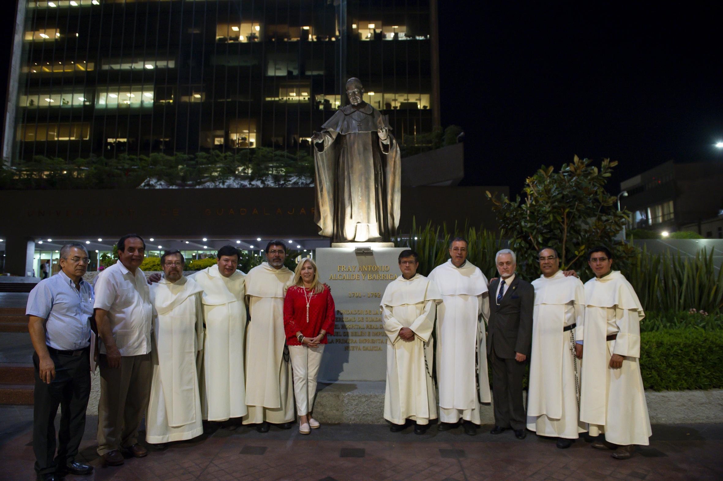 Frailes dominicos y Director de la Preparatoria No. 5, alrededor de la obra escultórica de Fray Antonio Alcalde y Barriga.