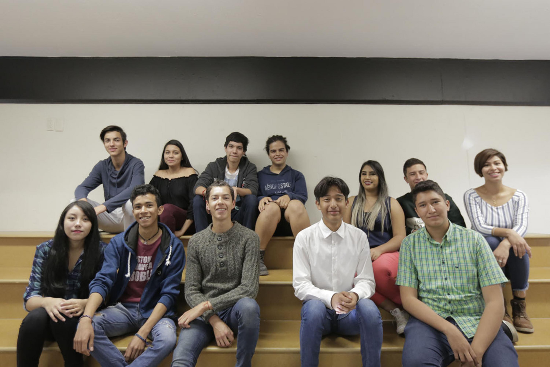 Tres equipos de jóvenes de la Preparatoria 19 de la Universidad de Guadalajara, posando para toma de fotografía grupal.