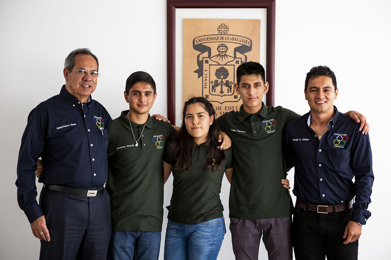 Jóvenes de la Universidad de Guadalajara ganadores de la medalla de oro en la XXVIII Olimpiada Nacional de Química