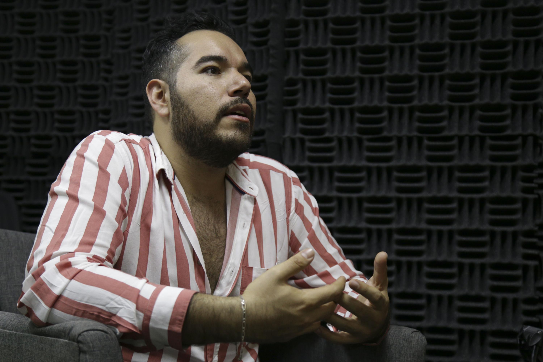 """Juan Roberto Hernández Villalobos, licenciado en Comunicación Pública del CUCSH, explicando las bases de la convocatoria  para la creación de su libro """"Sarao""""."""
