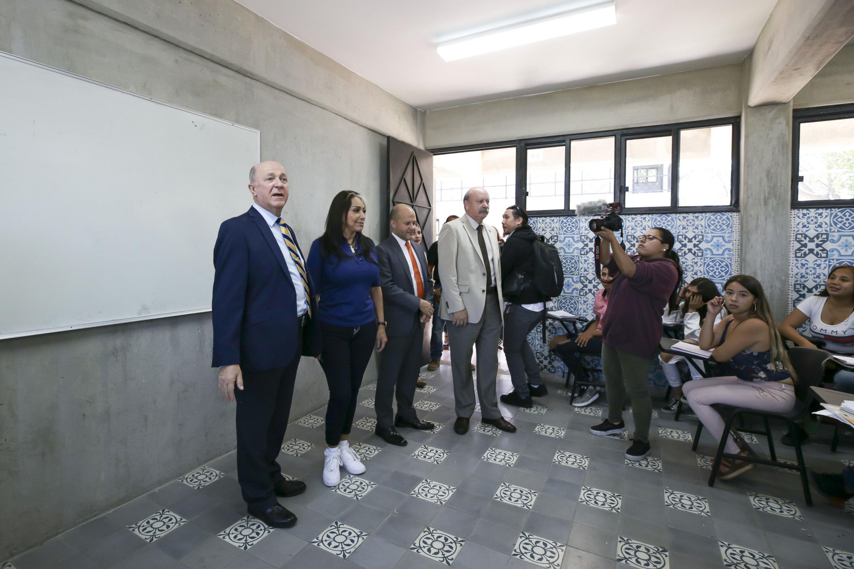 Autoridades de la UdeG y autoridades municipales visitando un aula de la preparatoria 22