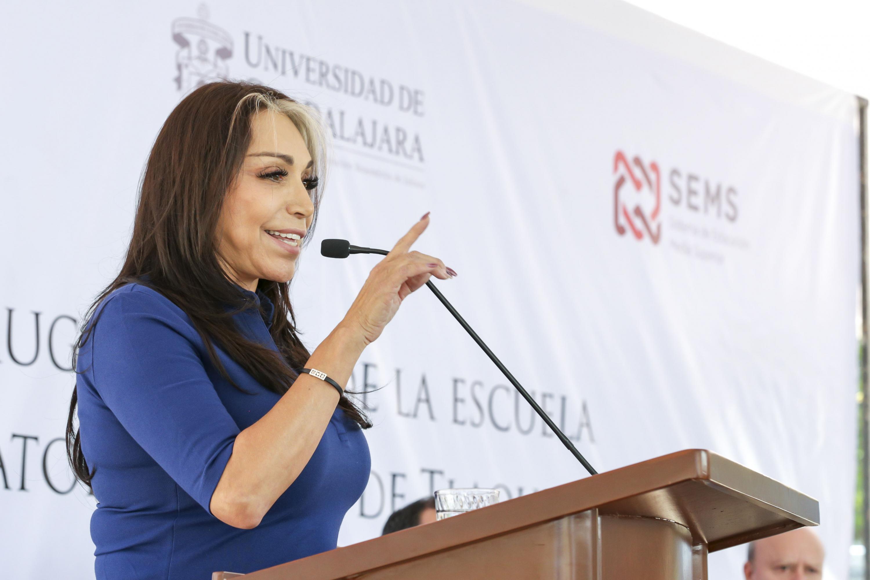 Presidenta Municipal de Tlaquepaque, licenciada María Elena Limón García, haciendo uso de la palabra durante la inauguración de la preparatoria 22