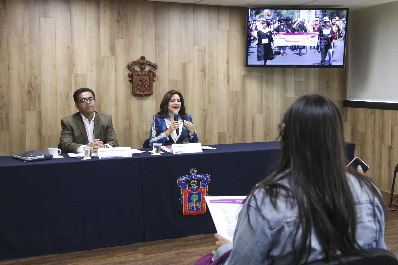 La doctora Patricia Rosas Chávez y el  doctor Fernando Riveros Magaña sentados en la mesa de presidium