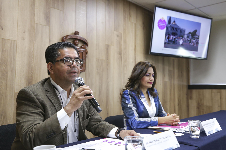 doctor Fernando Riveros Magaña hablando al microfono en la rueda de prensa