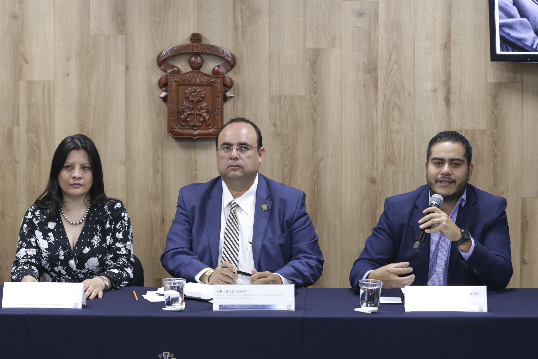 Diputado Local, Licenciado Daniel Robles de León, participando en rueda de prensa.