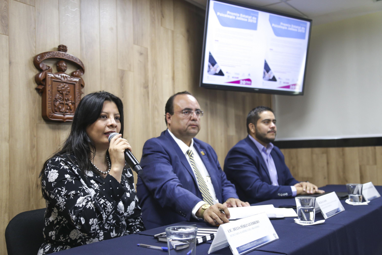 """Organizadores de la convocatoria del Premio Estatal de Psicología """"Por una cultura de paz"""", impartiendo rueda de prensa."""