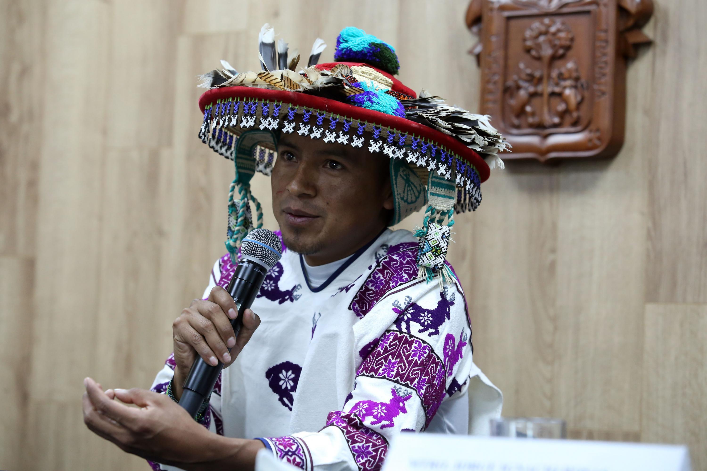 Licenciado Humberto Ramírez Díaz, estudiante wixárika de la maestría en Administración de Negocios del CUNorte y miembro del Comité organizador del encuentro, participando en rueda de prensa  y portando su vestimenta tradicional.