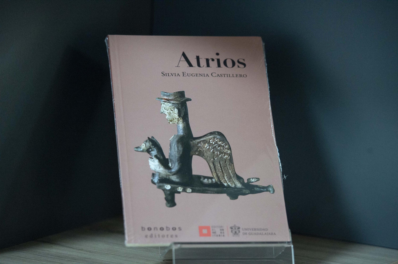 Ejemplar del poemario Atrios de  Silvia Eugenia Castillero