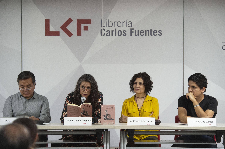 La autora y tres invitados más sentados en la mesa de presentacion en la Libreria Carlos Fuentes
