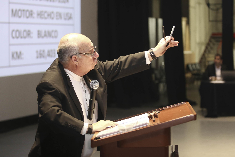 """Francisco de la Peña fungió como el """"martillero"""", participando en la subasta de la Universidad de Guadalajara"""