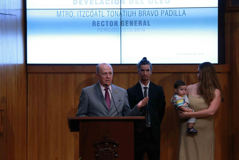 Doctor Miguel Ángel Navarro Navarro, Rector General de la Universidad de Guadalajara, frente al podio haciendo uso de la voz.