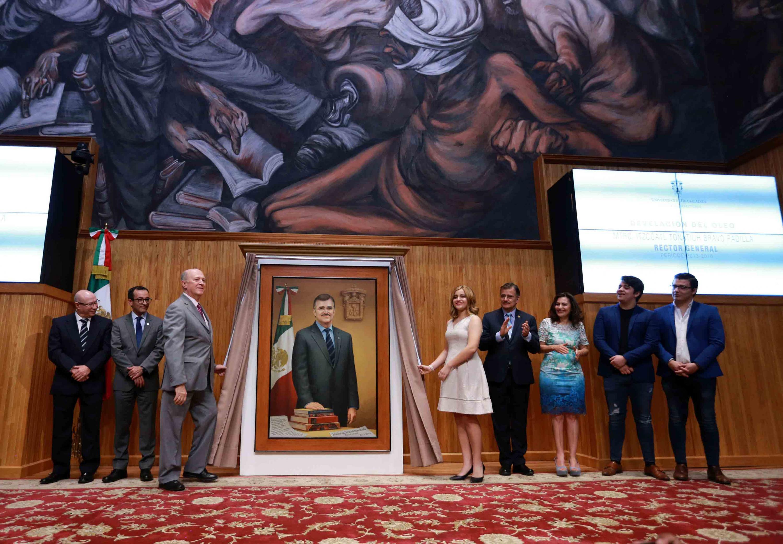Autoridades de la Universidad de Guadalajara y familiares del maestro Bravo Padilla, retirando la cortina de su retrato.