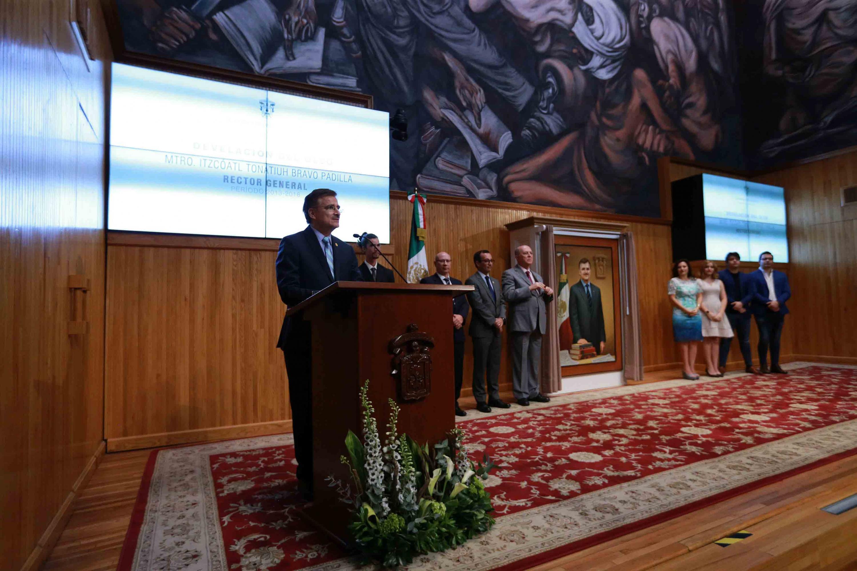 Maestro Itzcóatl Tonatiuh Bravo Padilla, ex Rector General de la Universidad de Guadalajara, haciendo uso de la voz