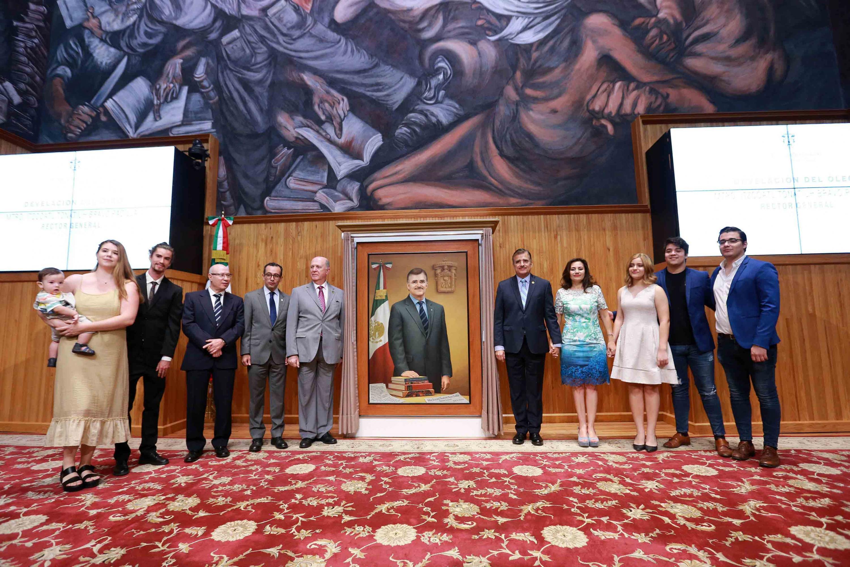 Toma de fotografía grupal de autoridades de la Universidad de Guadalajara y familiares del maestro Bravo Padilla, en la develación de su retrato.