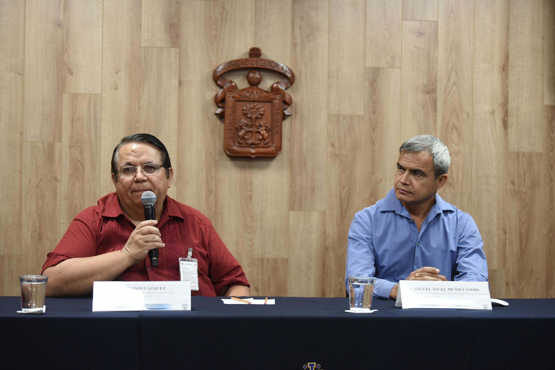 Doctores José Antonio Vázquez García y Miguel Ángel Muñiz Castro, investigadores del Departamento de Botánica y Zoología del Centro Universitario de Ciencias Biológicas y Agropecuarias CUCBA en presídium