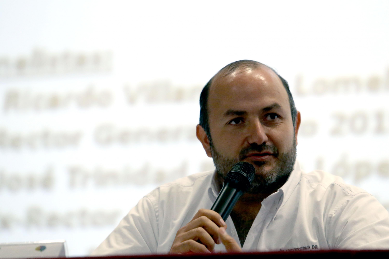 Rector General electo de esta Casa de Estudio, doctor Ricardo Villanueva Lomelí, frente al micrófono haciendo uso de la voz