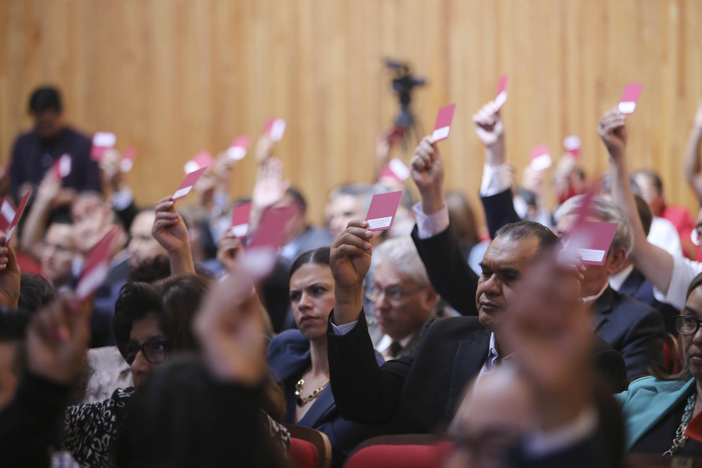 Consejeros Universitarios votando para la aprobación de diversos dictámenes