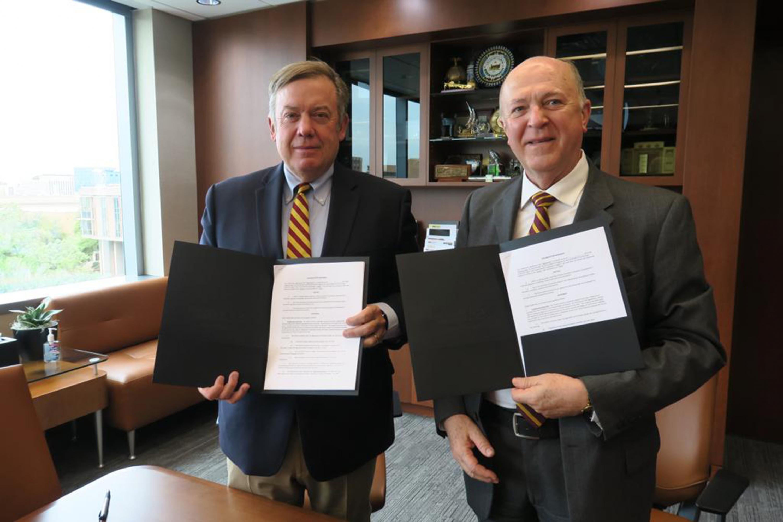 Rector General de la Universidad de Guadalajara (UdeG), doctor Miguel Ángel Navarro Navarro y Presidente de la Universidad Estatal de Arizona (ASU), doctor Michael Crow, mostrando convenio firmado