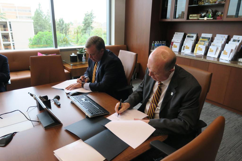 Rector General de la Universidad de Guadalajara (UdeG), doctor Miguel Ángel Navarro Navarro y Presidente de la Universidad Estatal de Arizona (ASU), doctor Michael Crow, firmando los convenios entre ambas universidades