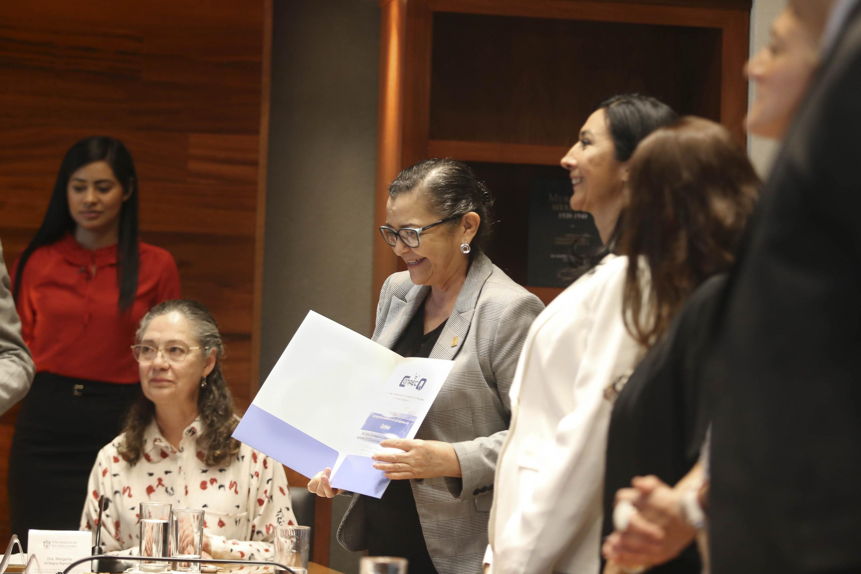 La Rectora del CUCEI, doctora Ruth Padilla Muñoz, mostrando su acreditación