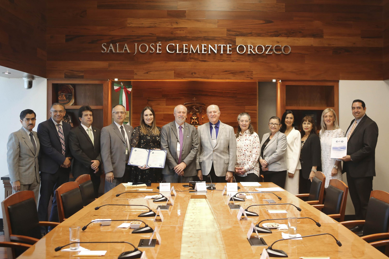 Autoridades Universitarias así como del Consejo Nacional para la Acreditación y el Ejercicio Profesional de las Ciencias Químicas AC (Conaecq) y del Consejo Mexicano para la Acreditación de la Educación Farmacéutica AC (Comaef) en presidium