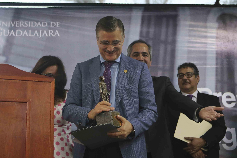 El maestro  Itzcóatl Tonatiuh Bravo Padilla, ex Rector General de la Universidad de Guadalajara (UdeG), recibiendo la presea