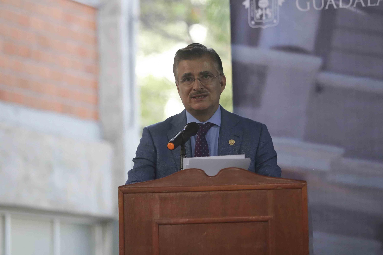 El maestro  Itzcóatl Tonatiuh Bravo Padilla, ex Rector General de la Universidad de Guadalajara (UdeG) en uso de la palabra
