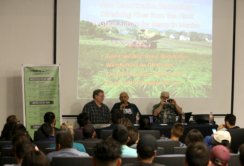 Panelistas participando en la mesa de discusión, y con sede en el Centro Universitario de Ciencias Biológicas y Agropecuarias
