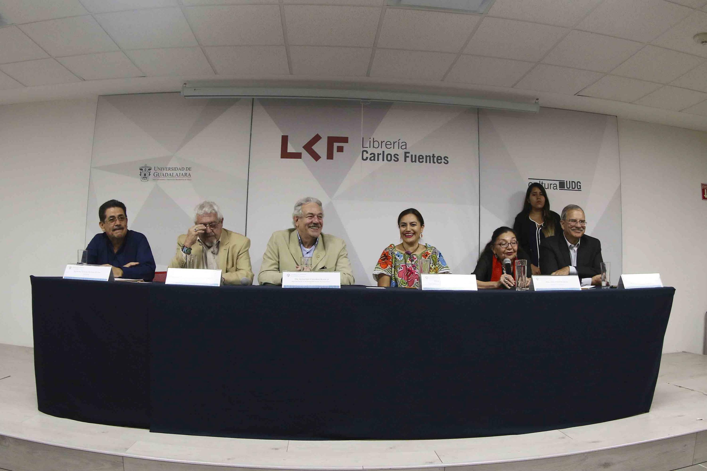 """Escritores, promotores de lectura y académicos de la Universidad de Guadalajara, participando en el conversatorio """"Fomento a la lectura en México: retos y perspectivas"""""""